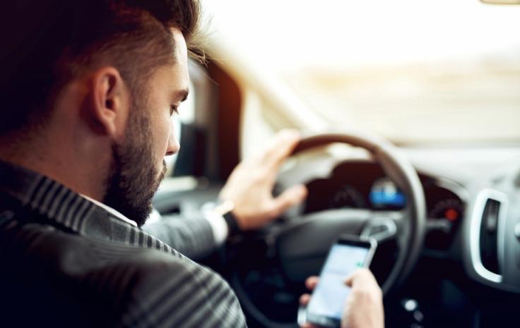 WhatsAppen tijdens het rijden