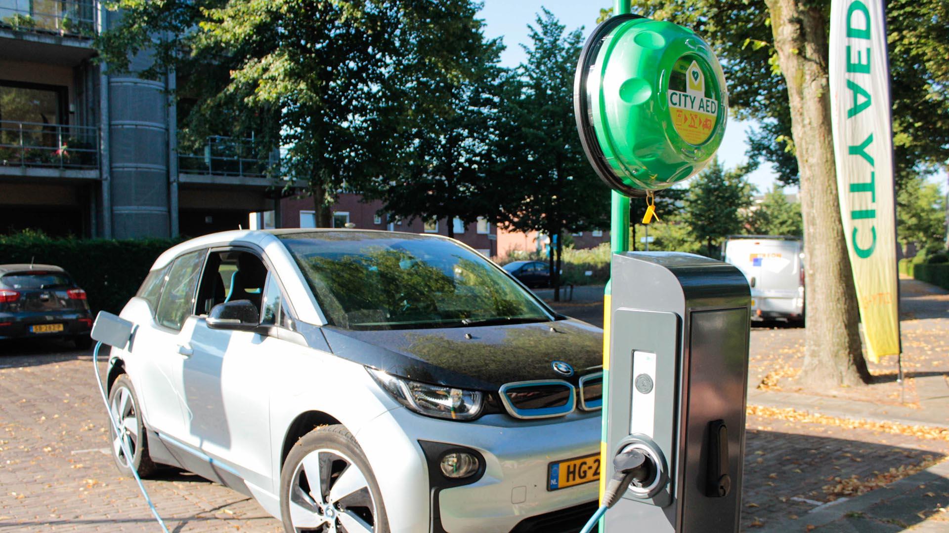 Laadpaal Voor Elektrische Auto S Met Aed Defibrillator Leaseblog Nl